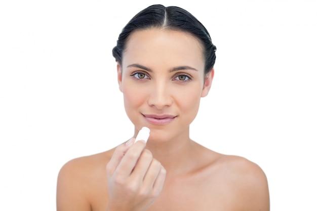 Naturalny model wykorzystujący balsam do ust