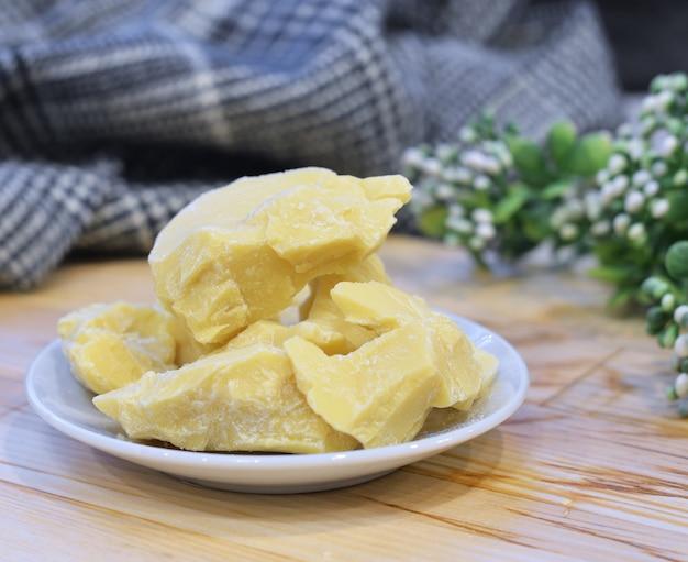 Naturalny olej z masła kakaowego w drewnianej misce