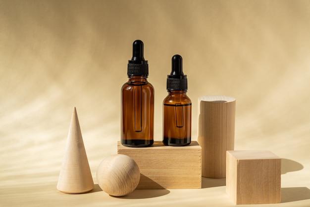 Naturalny olejek eteryczny lub serum w brązowych szklanych butelkach na drewnianych podestach