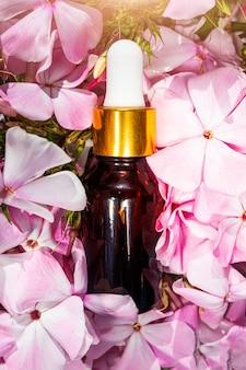 Naturalny olejek różany w szklanej butelce