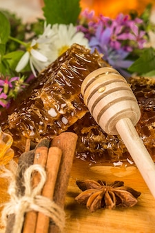 Naturalny organiczny miód na drewnianym stole.