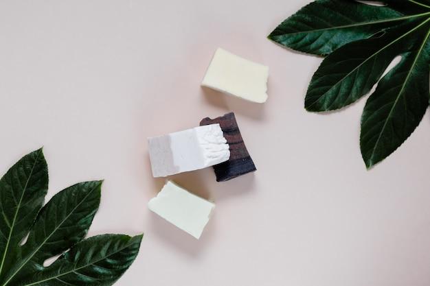 Naturalny organiczny szampon w kostce, układany na płasko