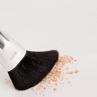 Naturalny pędzel do makijażu z beżowym proszkiem