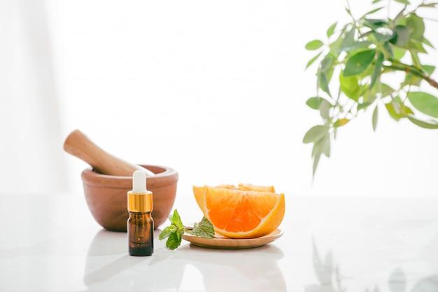 Naturalny pomarańczowy olej cytrusowy na jasnym tle