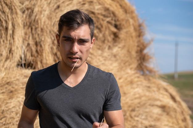 Naturalny portret młodego rolnika