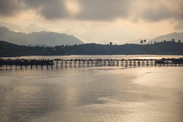 Naturalny ranku wschodu słońca krajobrazu panoramiczny widok mon most nad rzecznym tłem