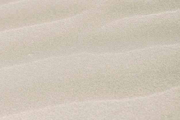 Naturalny różowy piasek na tle plaży