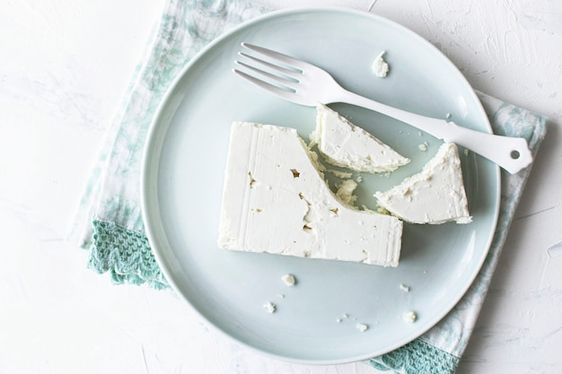 Naturalny ser feta na talerzu układany na płasko