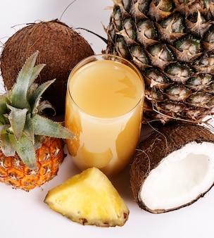 Naturalny sok ananasowo-kokosowy na szkle