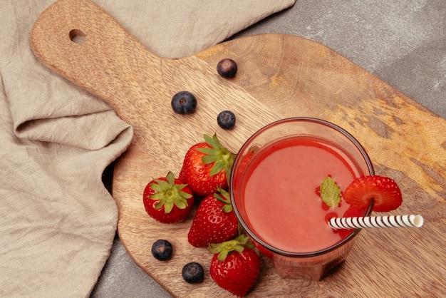 Naturalny sok truskawkowy z truskawkami i jagodami