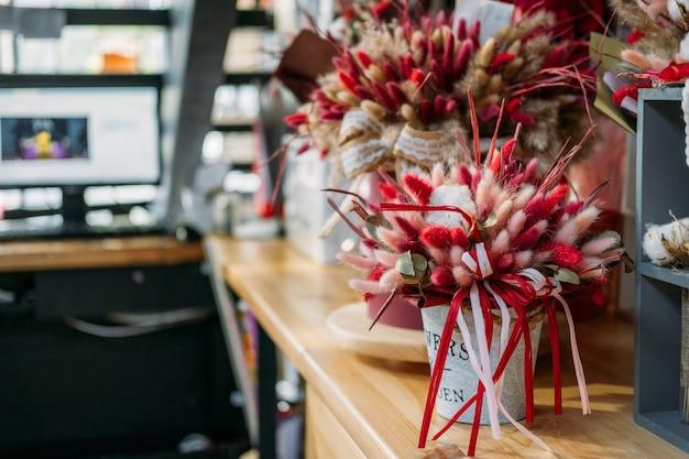 Naturalny suszony bukiet kwiatów lagurus ovatus z kolorowym ogonem królika suszone kwiaty pampasów w kwiecie