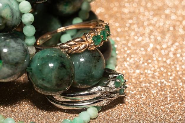 Naturalny szmaragd, bransoletka z berylu, naszyjnik i pierścionek z żółtego złota.