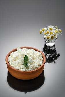 Naturalny twaróg w ceramicznym kubku rustykalnym. zbliżenie, selektywne focus, ciemne tło z miejsca na kopię. twaróg wiejski, naturalna zdrowa żywność, żywność dietetyczna