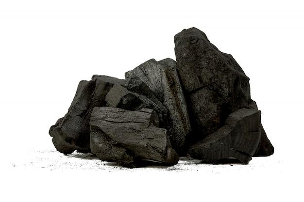 Naturalny węgiel drzewny, proszek z węgla bambusowego ma właściwości lecznicze z tradycyjnym węglem drzewnym na białym tle