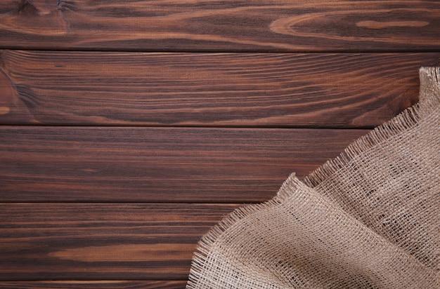 Naturalny wór na brązowy drewniany. płótno na brązowym drewnianym stole