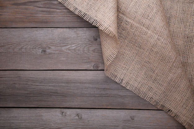 Naturalny worek na szarym drewnianym tle. płótno na szarym drewnianym stole