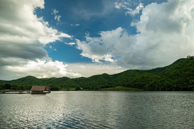 Naturalny zbiornik w górach