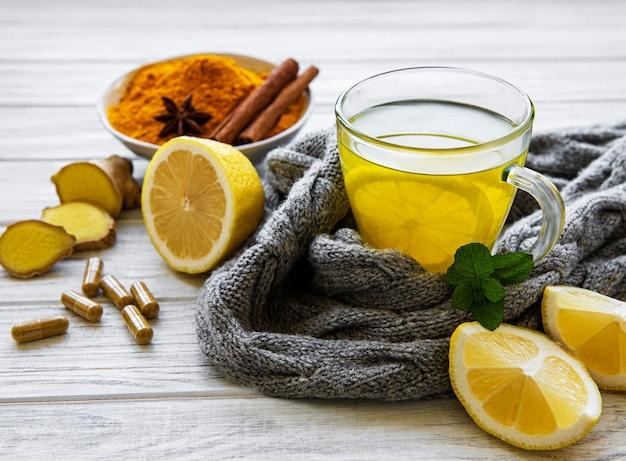 Naturalny zdrowy napój z kurkumy zamiast tradycyjnych leków i tabletek na grypę. koncepcja medycyny alternatywnej.