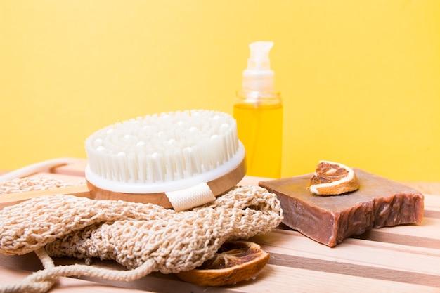 Naturalny zestaw do pielęgnacji ciała do kąpieli na żółtym tle