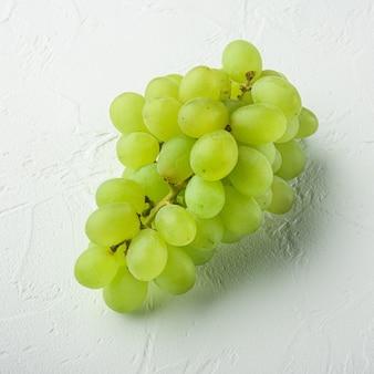 Naturalny zestaw soczystych winogron organicznych, zielone owoce, kwadratowy format, na białym kamiennym stole