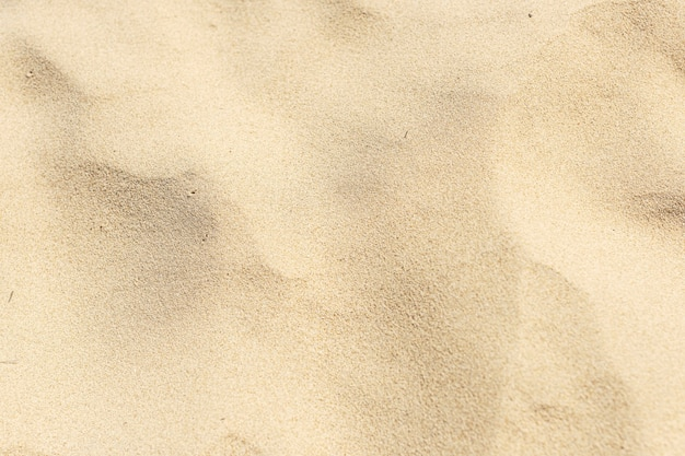 Naturalny żółty piasek na tle plaży