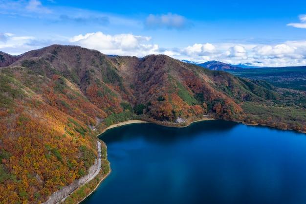 Natury krajobrazowego widok z lotu ptaka jeziorny shojiko i góra przy jesienią w japan