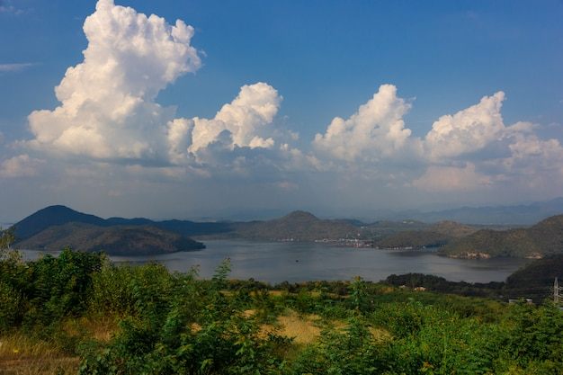 Natury scena srinagarind tama z chmurnym niebem