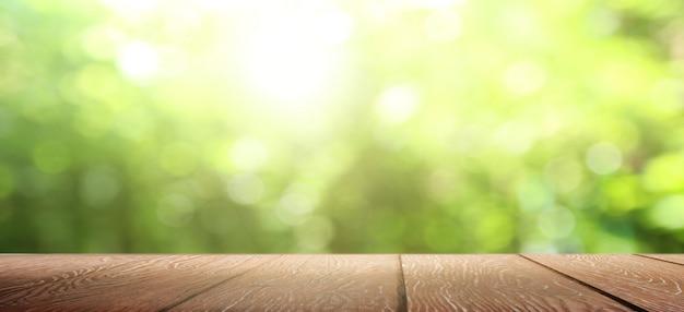 Natury tło, drewno stołu pokaz nad plamy zieleni ogródem