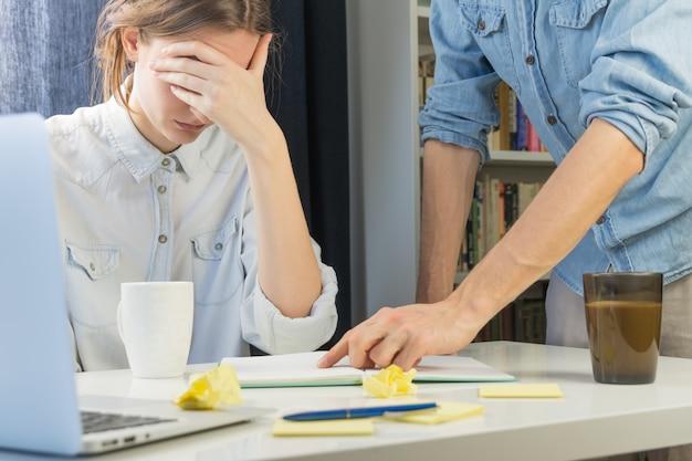 Nauczanie i pokazywanie błędów nowemu stażyście przy biurku