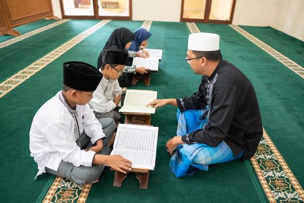 Nauczanie muzułmańskiego dzieciaka czytania koranu