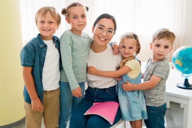 Nauczyciel buźkę, trzymając uczniów