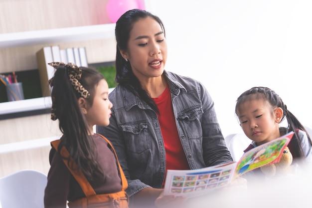 Nauczyciel czyta książkę o historii uczniom przedszkola
