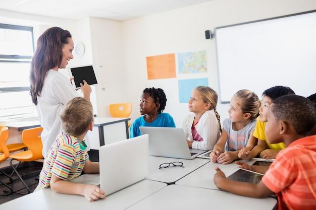 Nauczyciel daje lekcję technologii