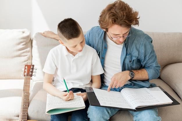 Nauczyciel i chłopiec uczący się teorii muzyki