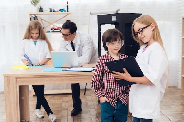 Nauczyciel i dzieci w klasie eksperymentują.