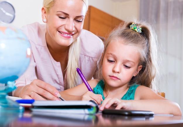 Nauczyciel i dziewczyna studiuje w domu
