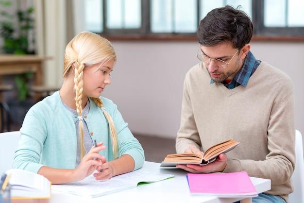 Nauczyciel i dziewczyna w domu