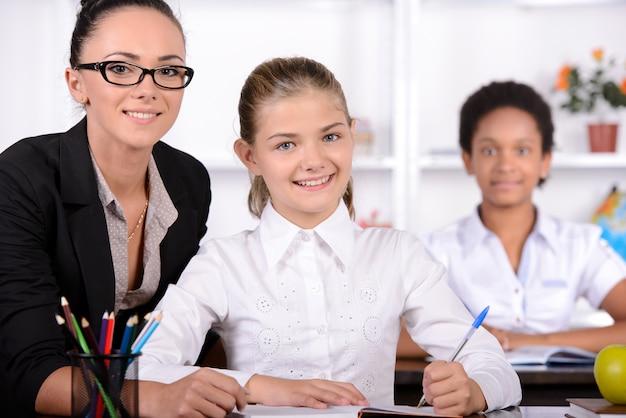 Nauczyciel i mały uczeń uśmiech na aparat.