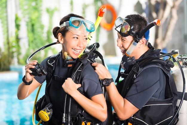 Nauczyciel i uczeń w szkole nurkowania