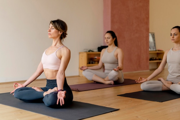 Nauczyciel jogi na zajęciach prowadzących zajęcia