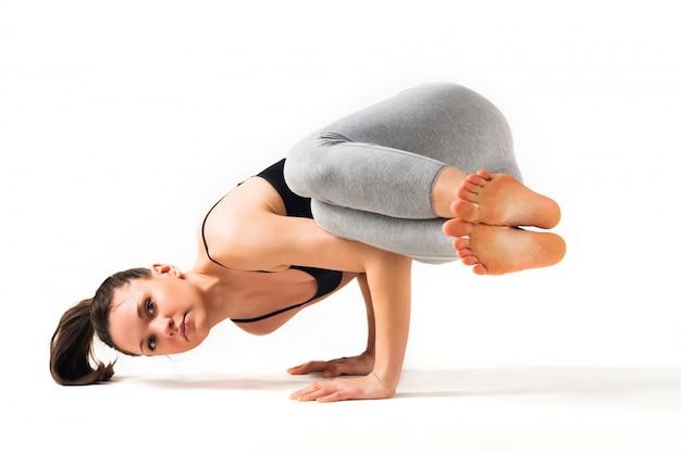 Nauczyciel jogi piękna młoda kobieta