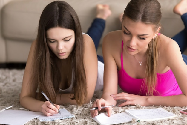 Nauczyciel kobieta jest zaangażowany z nastolatka w domu
