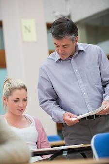 Nauczyciel mówi do ucznia w klasie