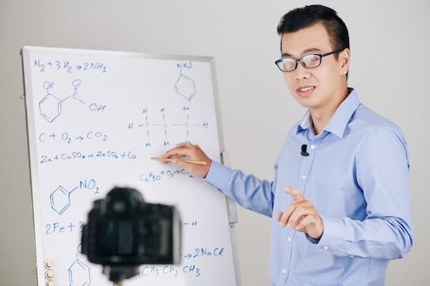 Nauczyciel nagrywa lekcję chemii