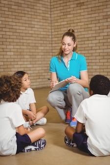Nauczyciel pisze do schowka ze studentami