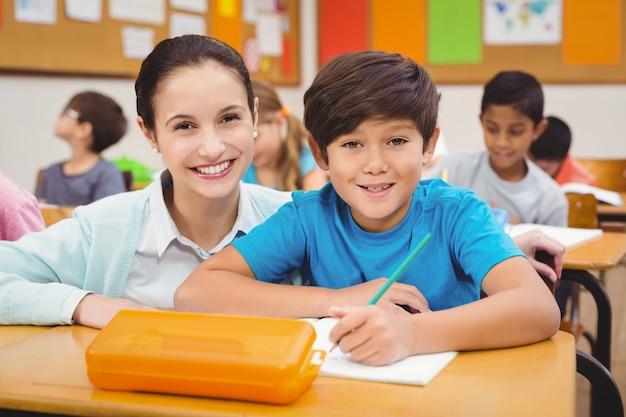 Nauczyciel pomaga chłopcu podczas lekcji