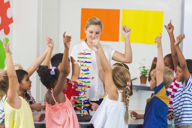 Nauczyciel pomaga dzieciom w laboratorium