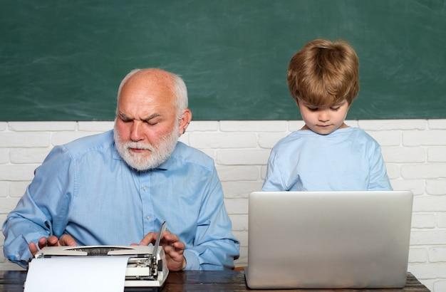 Nauczyciel pomaga dzieciom w odrabianiu prac domowych w klasie w szkole