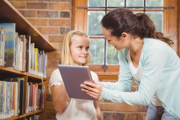 Nauczyciel pomaga studentowi korzystać z tabletu
