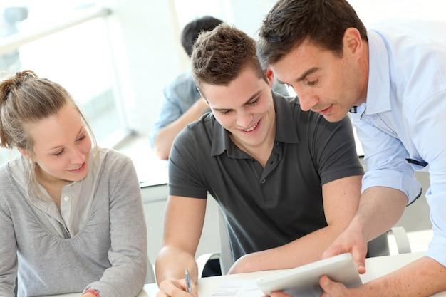 Nauczyciel pomaga uczniom z zadaniem
